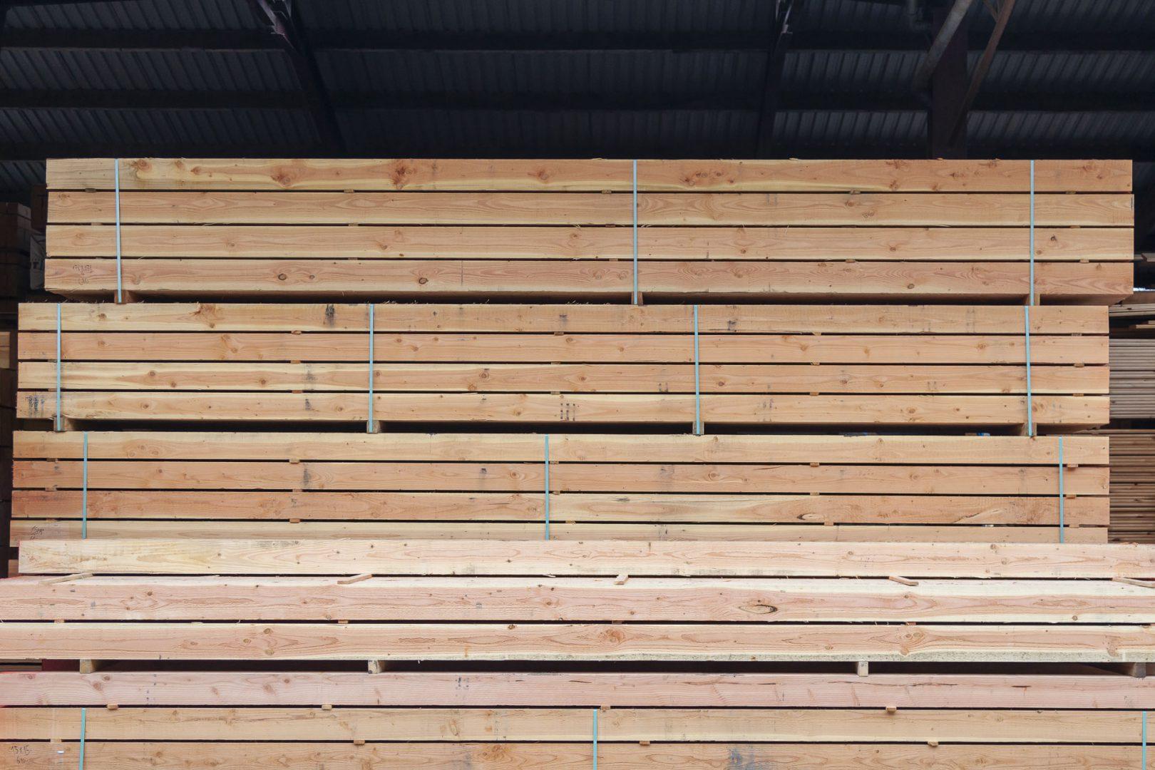 Douglas hout palen gestapeld op elkaar. Douglas hout is afkomstig van de Douglasspar