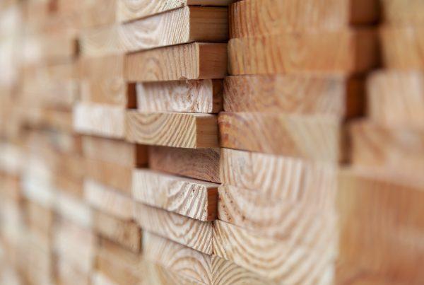 Douglas hout schutting planken gestapeld op elkaar. Douglas hout is afkomstig van de Douglasspar